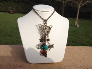 Beautiful charm necklette – 4 leaf clover, dragonfly, flowers, hearts, chakras